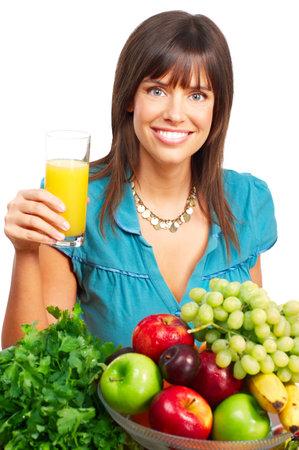 potherbs: Joven sonriente mujer con zumos, frutas y verduras. M�s de fondo blanco Foto de archivo