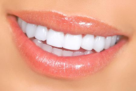 Lachende Frau Mund mit großen Zähnen. Close up