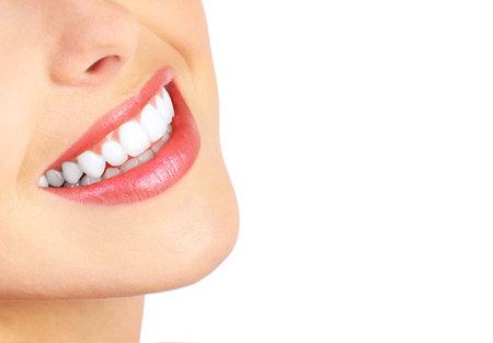 sonrisa: Joven y bella mujer dientes. Aislado sobre fondo blanco