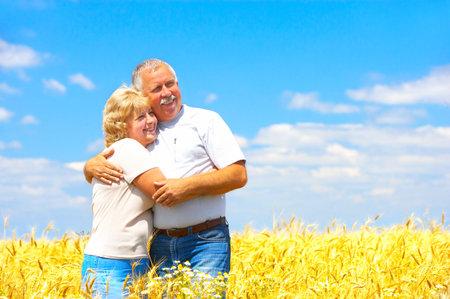 Sonriendo feliz pareja de ancianos al aire libre