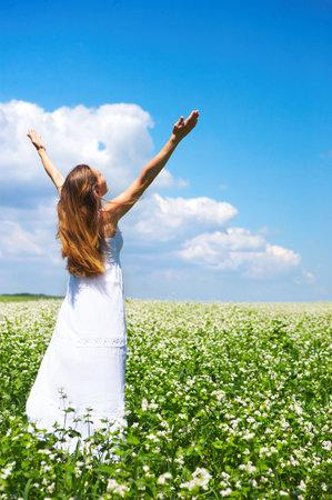 Schöne junge Frau glücklich unter blauem Himmel. Standard-Bild - 5002267