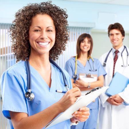 quirurgico: M�dica de personas sonriendo con estetoscopios. M�dicos y enfermeras Foto de archivo