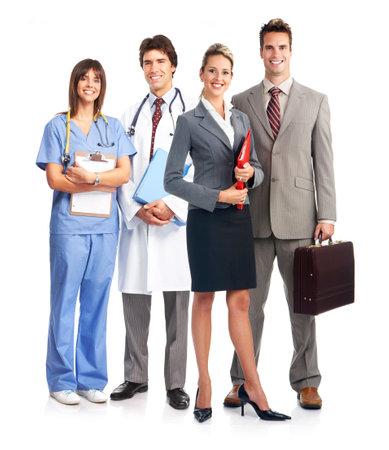 equipe medica: Smiling medico con stetoscopio. Isolato su sfondo bianco