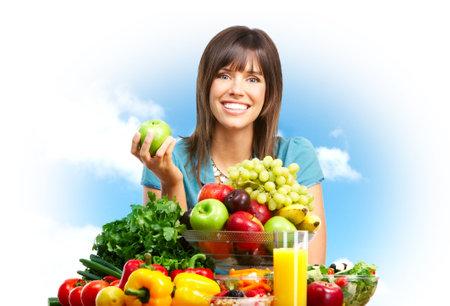 potherbs: Joven sonriente mujer, frutas, verduras y el cielo