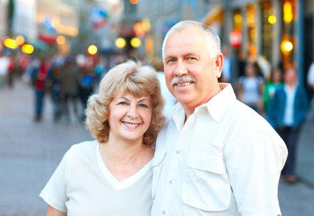 ancianos felices: Sonriendo feliz pareja de ancianos en la ciudad Foto de archivo