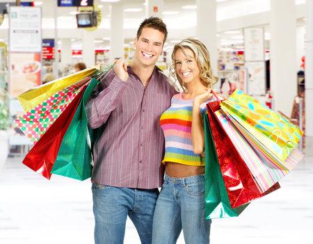 chicas de compras: Pareja sonrisa compras en el shopping