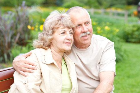 夏の公園で幸せな老夫婦を笑顔