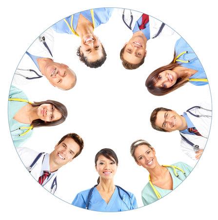laboratorio clinico: La gente sonriente m�dico con estetoscopios. Los m�dicos y enfermeras sobre fondo blanco