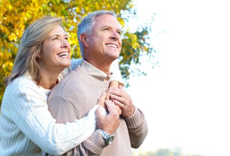 幸せな老夫婦愛の公園で