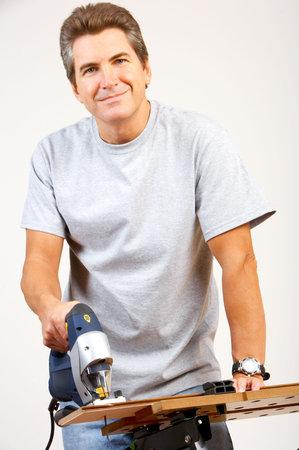 Bel homme souriant travaillant à domicile. Rénovation Banque d'images - 5713636
