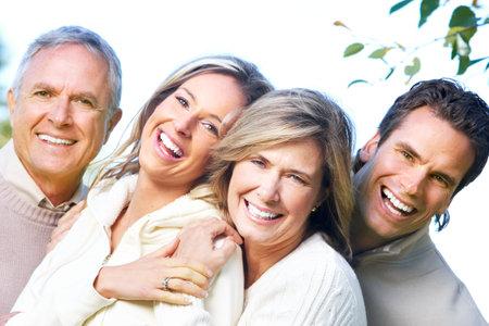 Happy familie in park. Vader, moeder, zoon en dochter