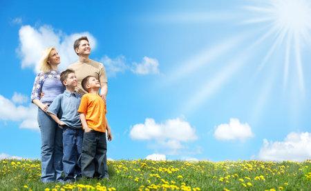 Familia bajo el cielo azul. Padre, madre e hijos en el parque, Foto de archivo - 5904281