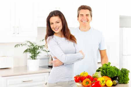 potherbs: J�venes amor pareja cocinar en la cocina Foto de archivo