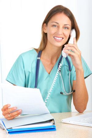 recepcionista: Enfermera m�dico sonriente con tel�fono. Sobre fondo blanco