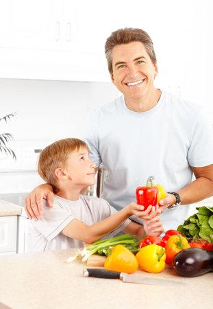 Famille heureuse. Père et fils de cuisson à la cuisine Banque d'images - 6070051