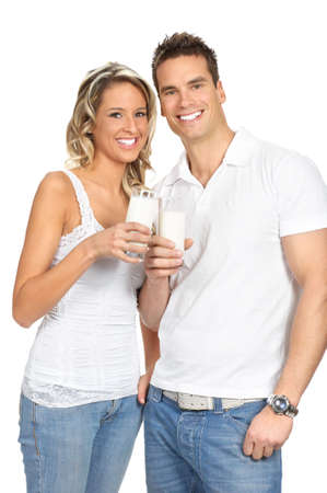 Jonge liefde paar consumptie melk. Via de witte achtergrond