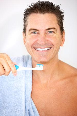 浴室の笑みを浮かべてハンサムな男