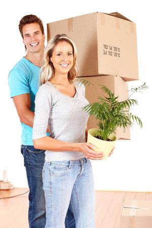 Jeune couple heureux déplacement dans leur nouvelle maison.