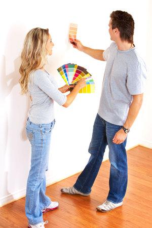 笑顔のカップルの家の内部の壁の色を選択します。 写真素材 - 6111507