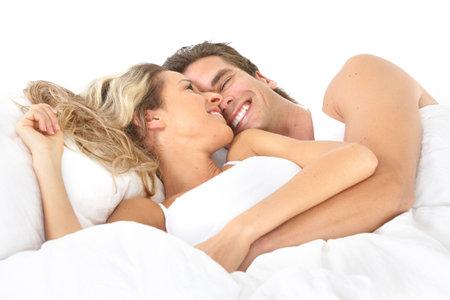 pareja durmiendo: Joven pareja feliz en la cama