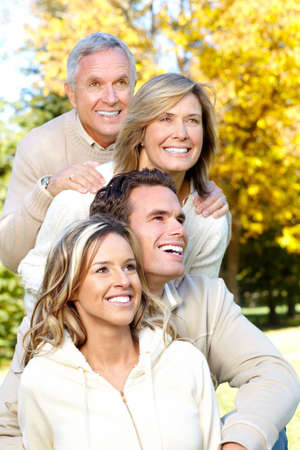 madre e hijo: Familia feliz en el parque. Padre, la madre, el hijo y la hija  Foto de archivo