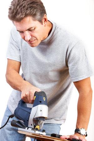 Apuesto hombre sonriente, trabajando en casa. Renovaci�n