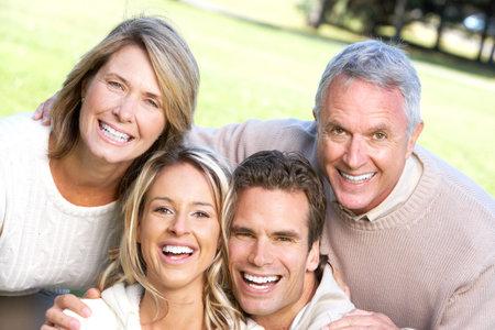 Familia feliz en el parque. Padre, la madre, el hijo y la hija  Foto de archivo