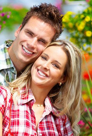 Young gelukkig glimlachen paar in love