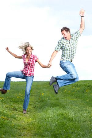Jonge liefde paar glimlachen en springen