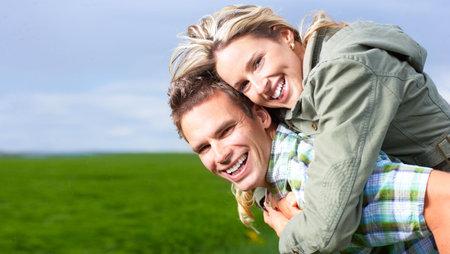 parejas felices: Jóvenes amor pareja al aire libre