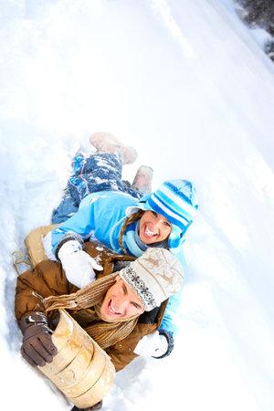 sledging: Young sorridente slittino coppia felice. Inverno