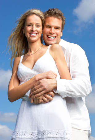 Jóvenes amor pareja sonriente bajo cielo azul Foto de archivo - 6172301