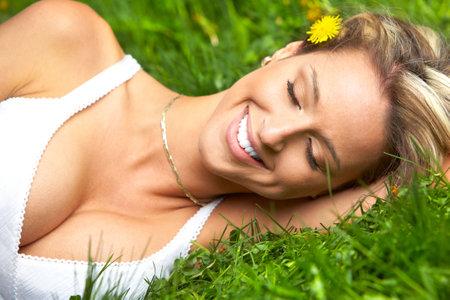 Mooie vrouw ontspannen in de zomer park