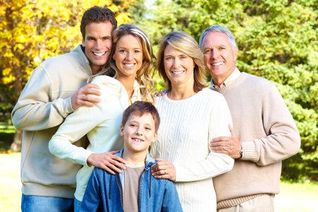 Familia feliz en el parque. Abuelo, abuela, padre, madre e hijo Foto de archivo - 6222398