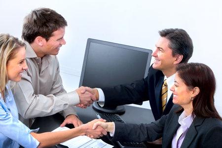 Glimlachende zaken mensen werken in kantoor