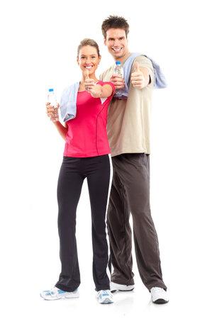 hombre fuerte: Idoneidad. Sonriente joven hombre fuerte y de la mujer. Aislados sobre fondo blanco  Foto de archivo
