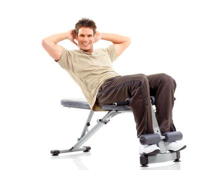 hombre fuerte: Sonriente hombre fuerte trabajando. Aislados sobre fondo blanco
