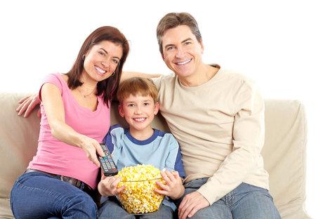 familia abrazo: Familia feliz. Padre, la madre y el ni�o, viendo la televisi�n. Sobre fondo blanco