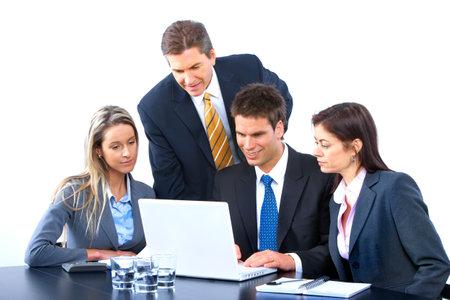 leiderschap: Glimlachende zaken mensen team op kantoor met een laptop werkt