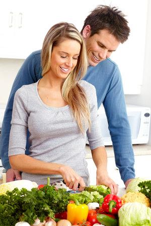 pareja saludable: J�venes amor pareja cocinar en la cocina