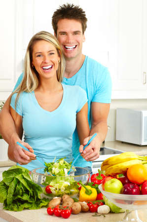potherbs: J�venes amor pareja cocinar en la cocina