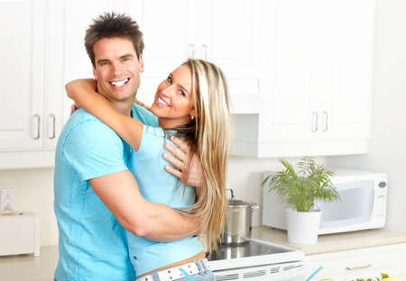 holiday home: Happy sonriente pareja de enamorados en la cocina  Foto de archivo