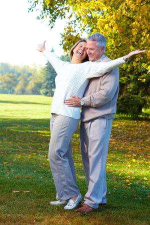 ancianos felices: Pareja de personas mayores de edad feliz en el Parque  Foto de archivo