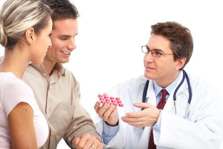 医師と患者の若いカップル。白い背景の上の分離