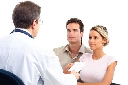 Pacjent: Lekarz i para młodych pacjentów. Wyizolowane nad białym tłem  Zdjęcie Seryjne