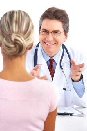 salud sexual: Médico y paciente joven. Aislado sobre fondo blanco