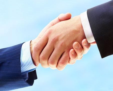 ayudando: Gente de negocios. Apret�n de manos del empresario. Aislados sobre fondo blanco