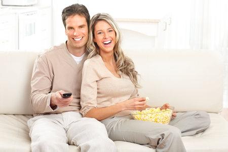 pareja viendo tv: Joven pareja feliz viendo televisi�n en casa  Foto de archivo