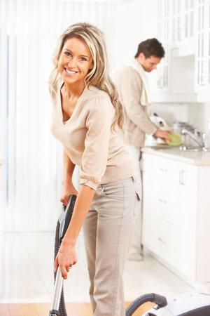 limpieza del hogar: Tareas dom�sticas, aspiradora, joven pareja, hogar, cocina  Foto de archivo
