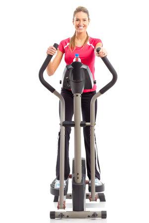 haciendo ejercicio: Gimnasio & fitness. Sonriente joven trabajando. Aislados sobre fondo blanco